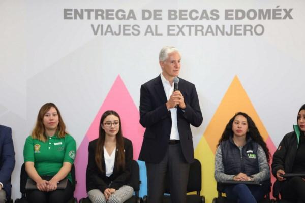 """""""Hemos entregado más de 255 mil becas en todo el Estado de México"""