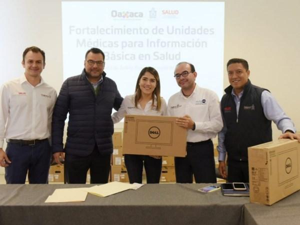 Casas Escamilla hizo entrega de 380 equipos de cómputo.