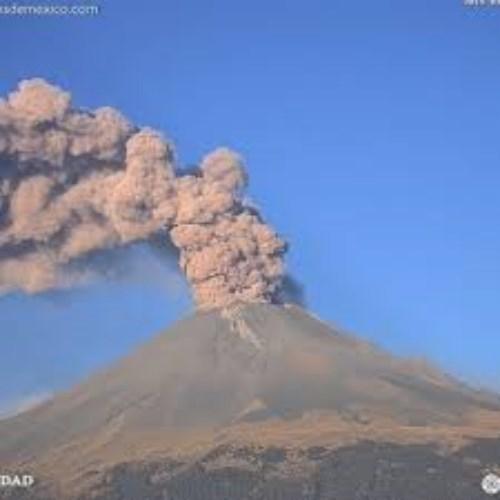 se observa una emisión de gases volcánicos y ligeras cantidades de ceniza que se dispersan al Noroeste.