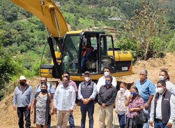 banderazo inicial de la reconstrucción de 5.7 kilómetros de la carretera Huajuapan de León - El Carrizal