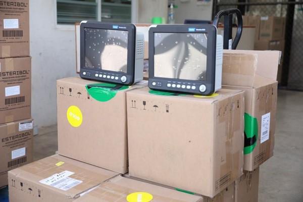 entregó 20 monitores de signos vitales y equipo de protección para el personal.
