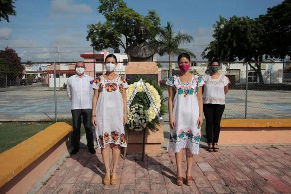 """Autoridades culturales realizan una ofrenda floral en el parque """"Teatro Regional""""."""