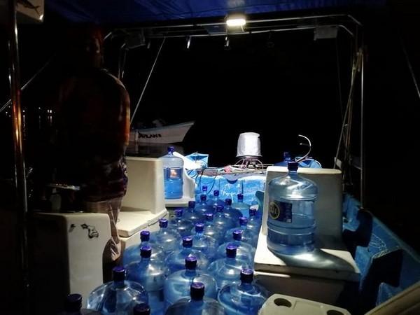 entregaron 100 garrafones de agua potable y 100 despensas a la población q