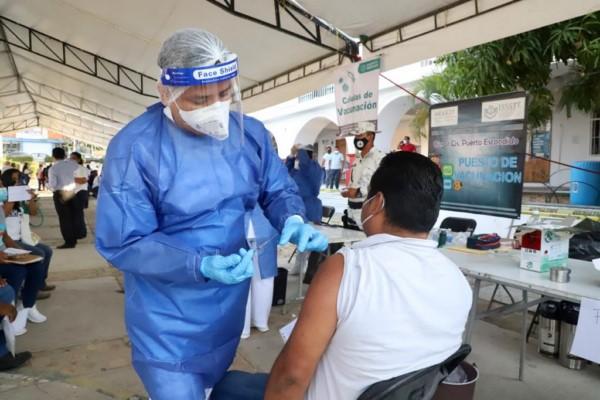 Con orden y agilidad, del 27 de abril al 2 de mayo fueron vacunadas 108 mil 245 personas del sector educativo público y privado de Oaxac