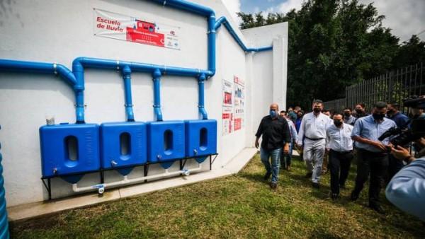 - Además de esta escuela, Arca Continental se comprometió a instalar sistemas de captación de agua de lluvia en 15 escuelas más